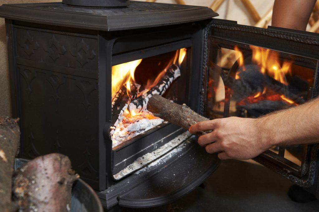 топит печь-камин