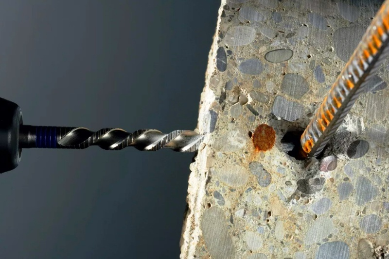 дрель ф монолитной стене